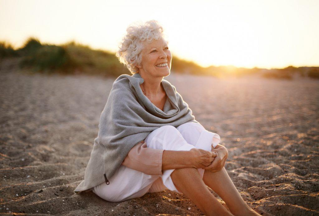 idosa na praia
