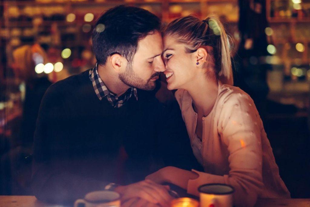 casal se beijando