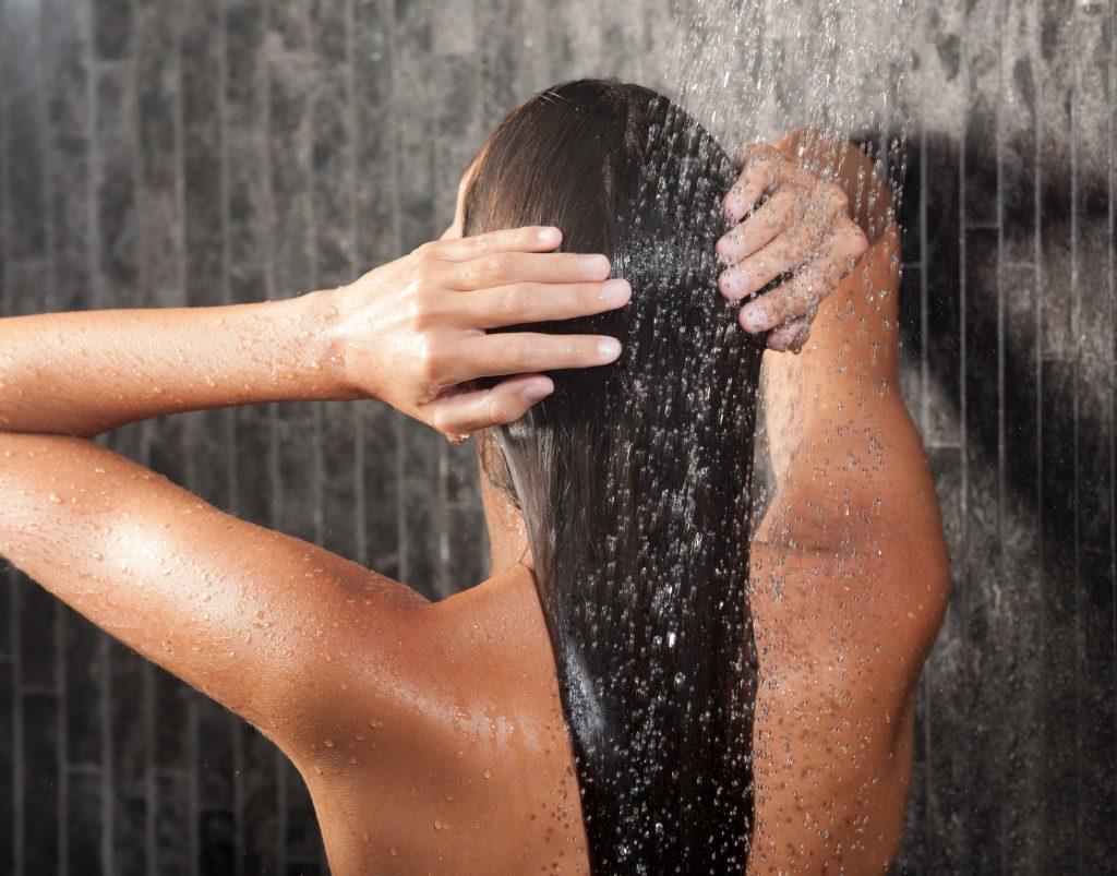 lavando o cabelo liso